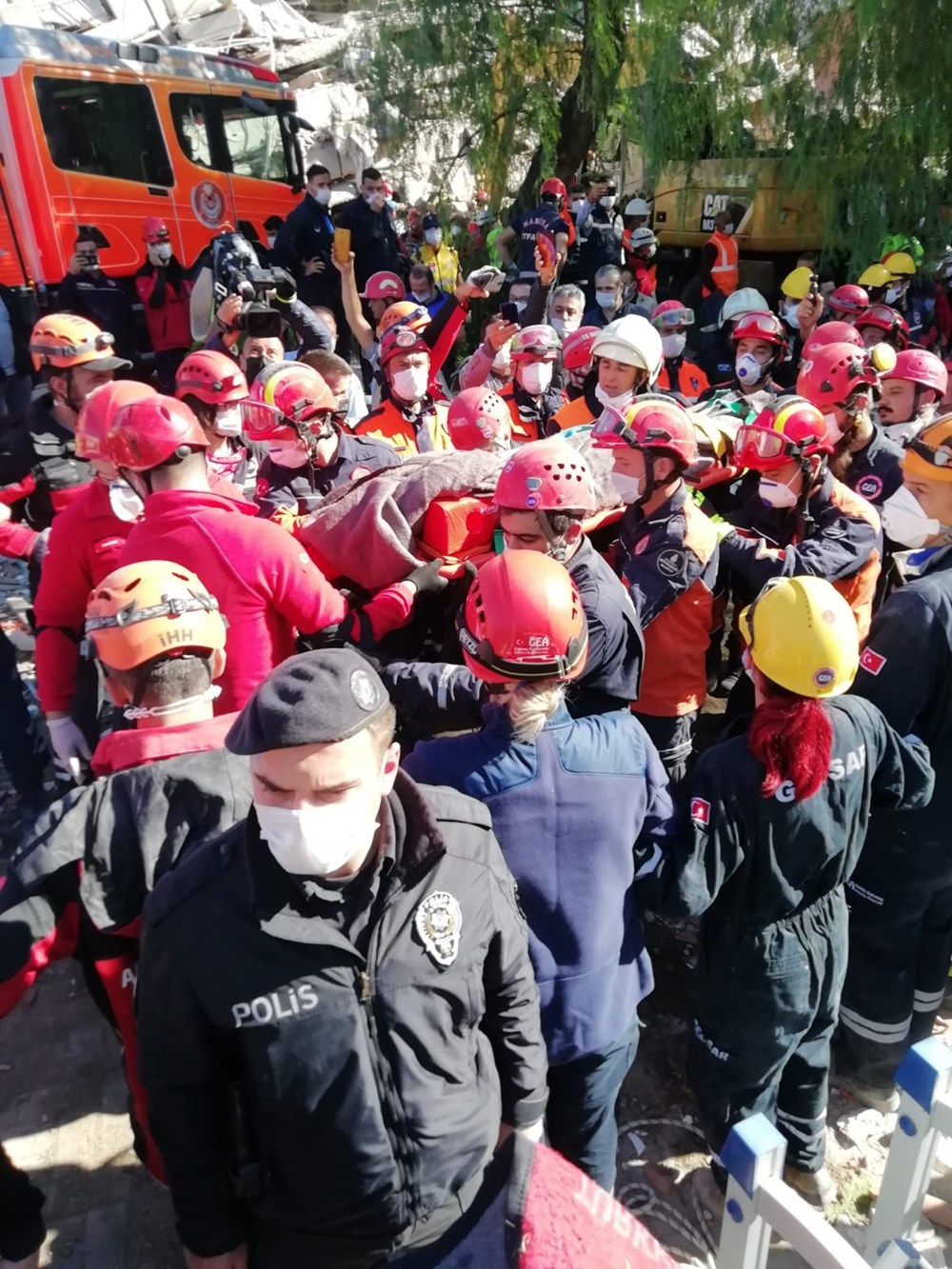 İzmir'de deprem sonrası enkaz altındakiler için zamana karşı yarış (58 saat sonra kurtarıldı) - 9