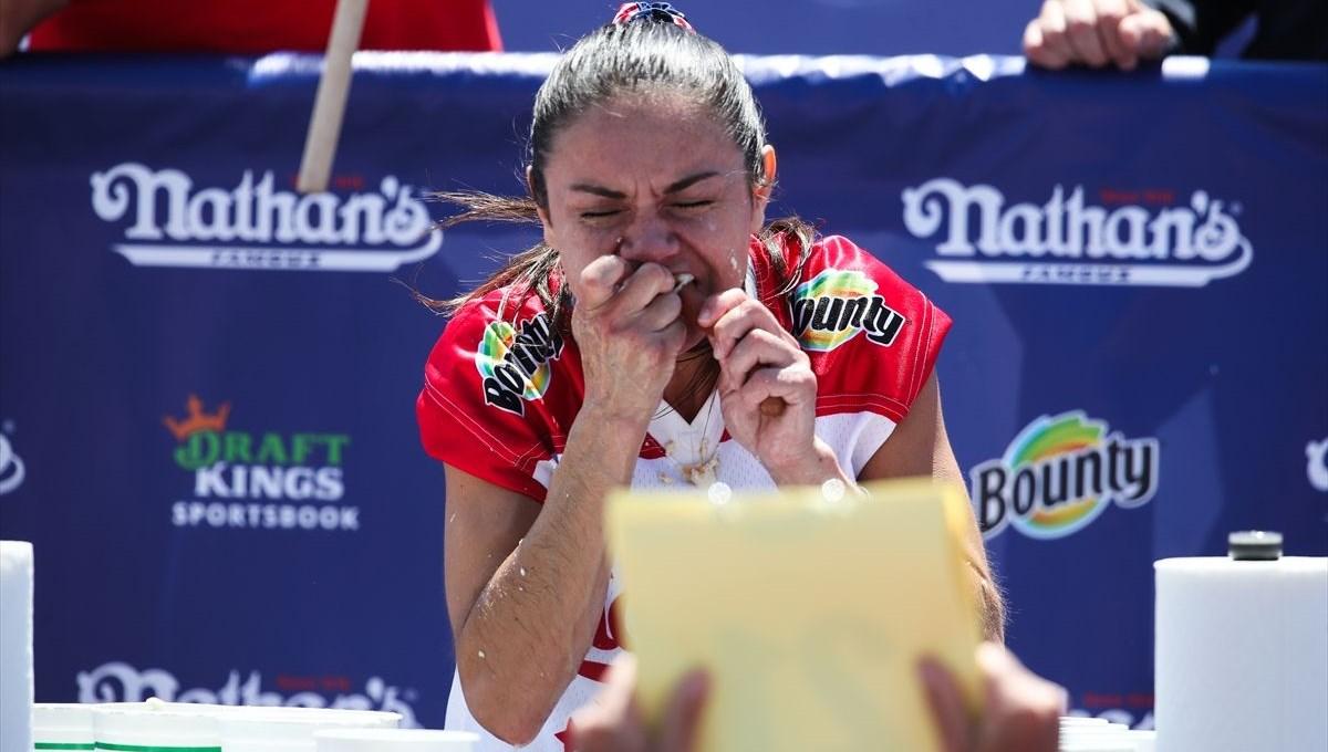 Michelle Lesco 10 dakikada 30 sosisli yedi (Uluslararası Sosisli Yeme Yarışması)