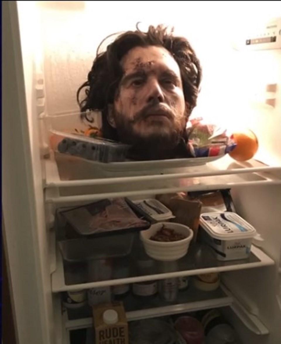 Kit Harington, nişanlısına şaka yapmak için buzdolabına kafasının replikasını koydu.