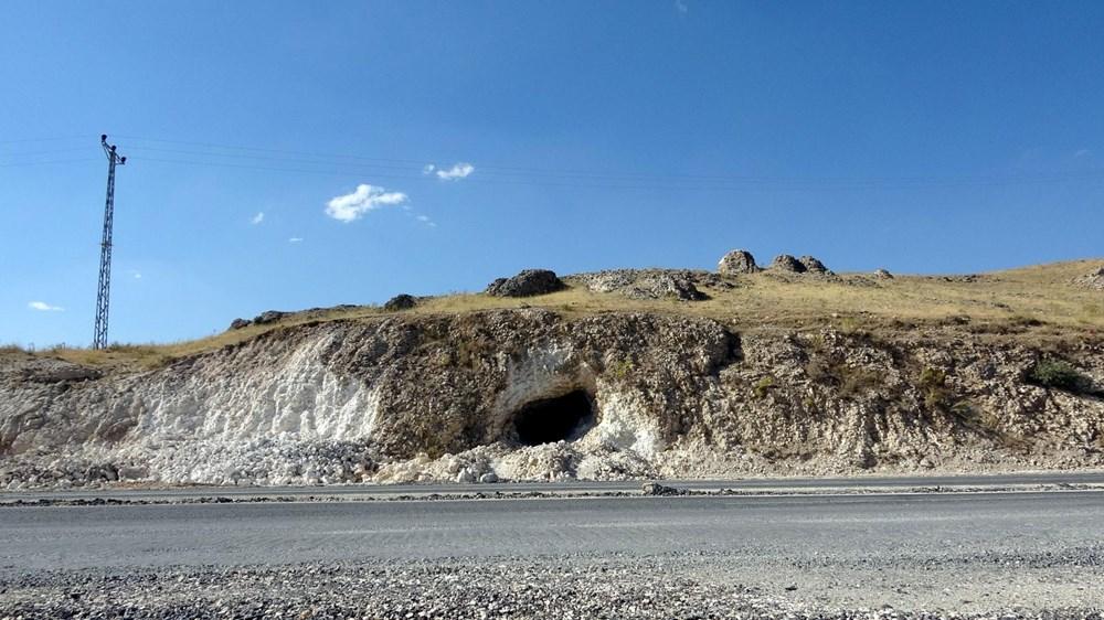Van'da yol çalışmasında Urartular dönemine ait 2 kaya mezarı bulundu - 5