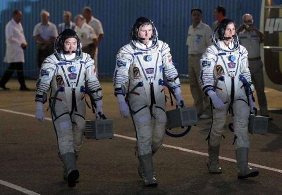 AstronotlarAkihiko Hoshide (solda), Yuri Malenchenko (ortada) ve Sunita Williams(sağda).