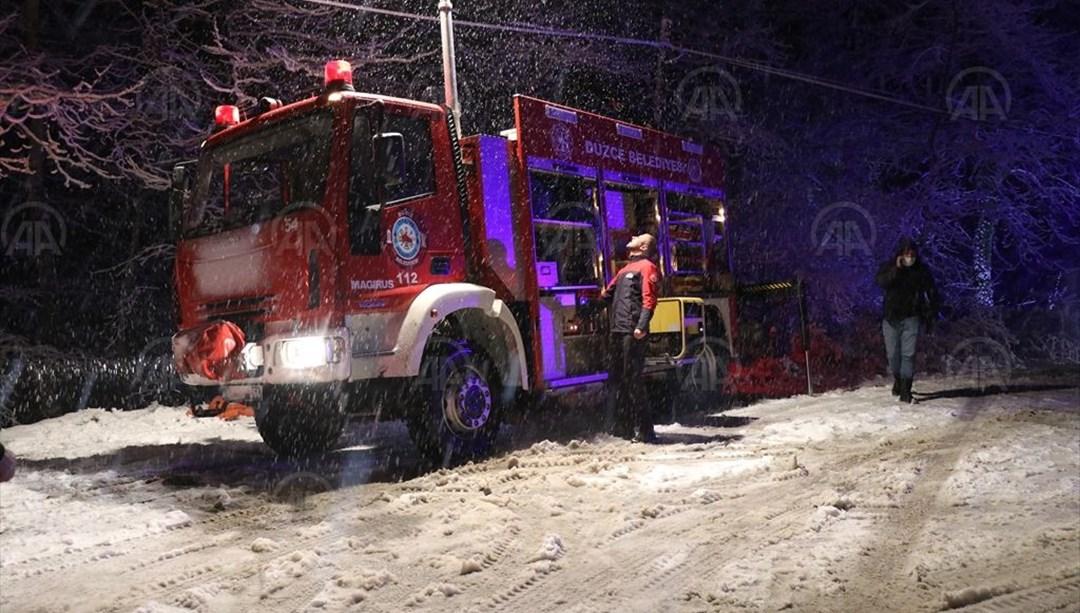 Şiddetli karda yoldan çıkan kamyonet dereye düştü: 6 yaralı