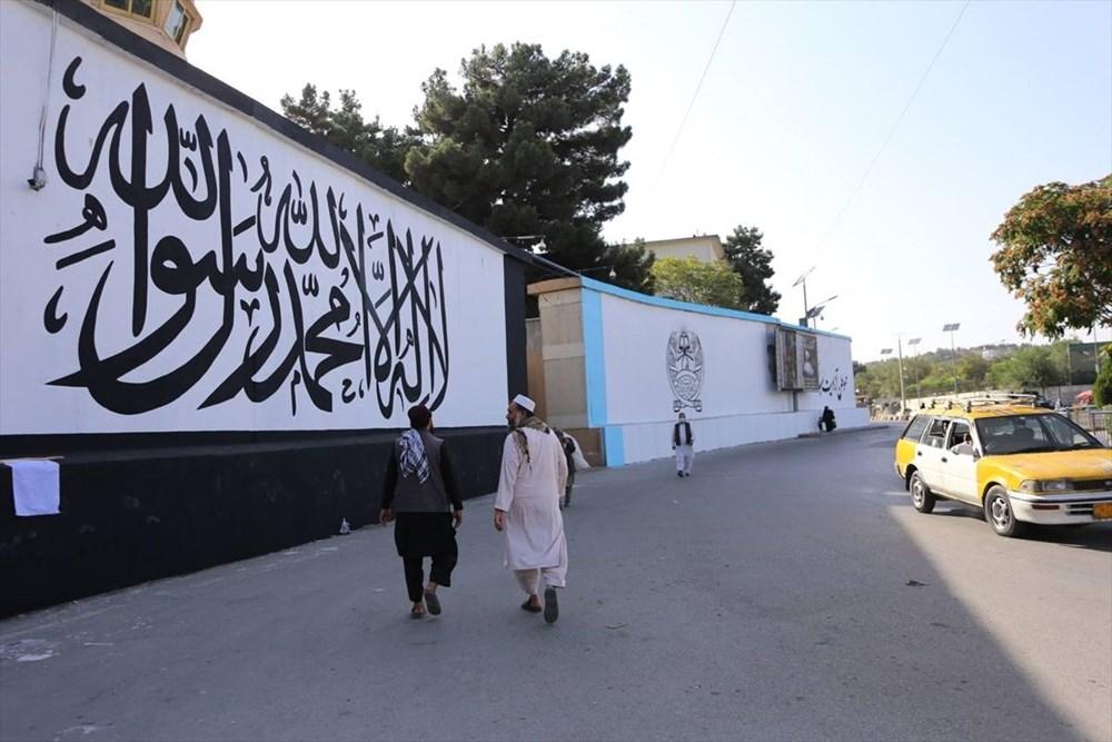 Kabil'de terk edilen ABD büyükelçiliğinin duvarına Taliban bayrağı çizildi - 3