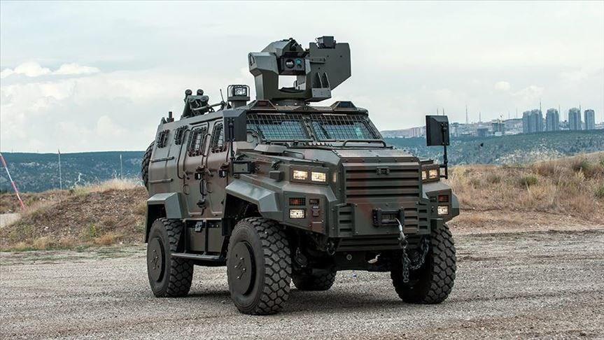 Türk savunma sanayisinin zırhlı kara aracı üreticilerinden Nurol Makina'nın zırhlı araçlarını seçen ülkelere bir yenisi eklendi. Bir süredir ordusunun teknolojik olanaklarını artırmak ve Sovyetler Birliği dönemindeki araç ve teçhizatları Batı sistemleriyle değiştirmek için faaliyetler yürüten Macaristan, tercihini Ejder Yalçın'dan yana kullandı.<br /><br />Macaristan, güvenlik güçlerinin ihtiyaçlarını karşılamak için Ejder Yalçın'ı tercih eden dünyadaki 6'ncı, Avrupa Birliği'ndeki ilk ülke oldu.