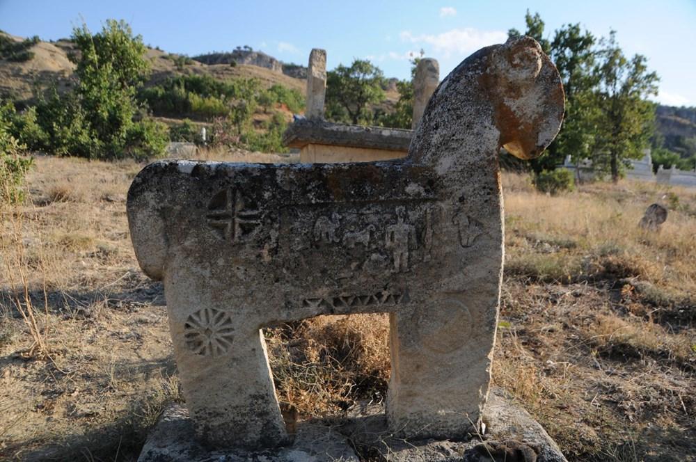 Koçbaşı ve taş işlemeli mezarlar definecilerin talanına uğradı - 7