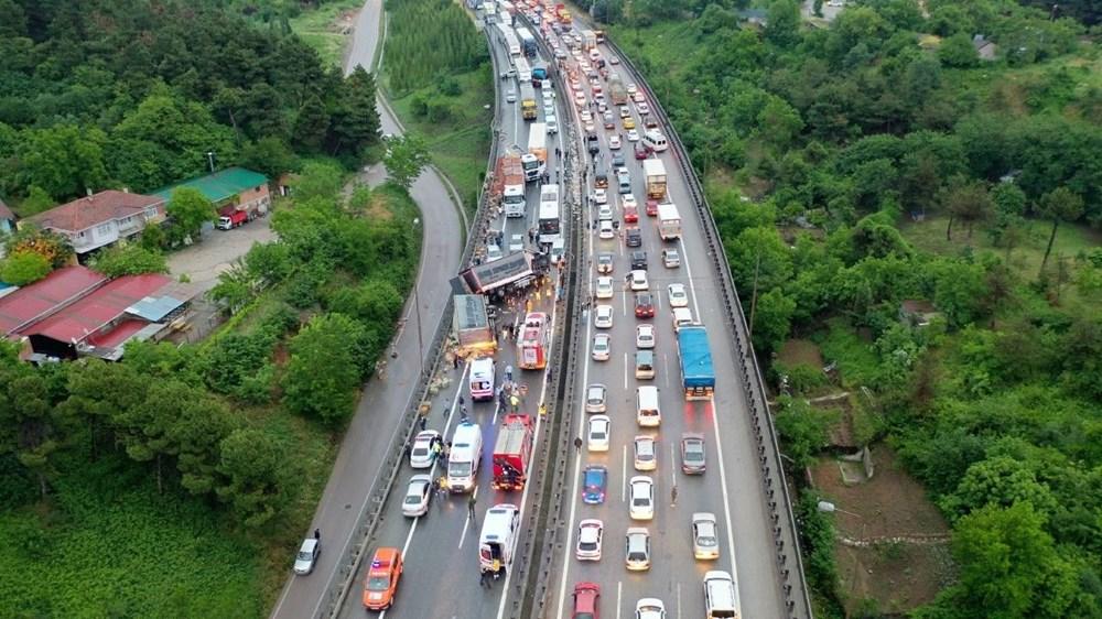 TEM'de zincirleme kazada 20'den fazla araç birbirine girdi: 15 yaralı - 5