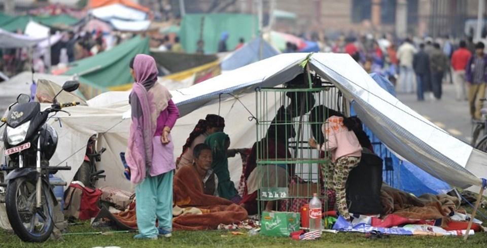 Nepal'de 7.8 büyüklüğündeki deprem sonrası başkent Katmandu dahil birçok bölgede çadır kentler kuruluyor.