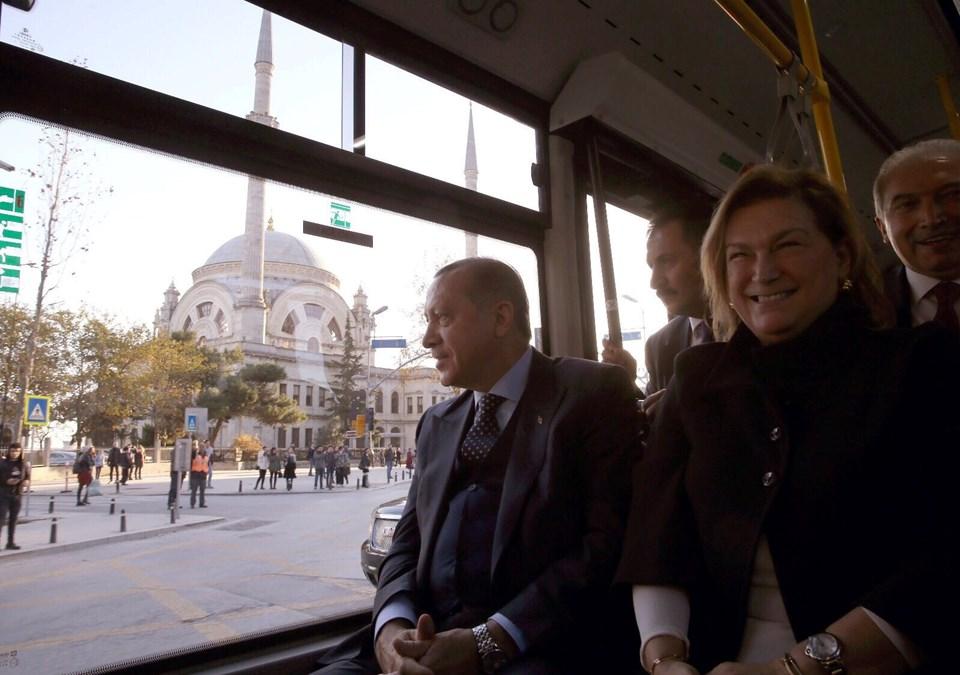 """İnovasyon Haftası kapsamında, Sabancı Holding Yönetim Kurulu Başkanı Güler Sabancı tarafından Cumhurbaşkanı Recep Tayyip Erdoğan'a takdim edilen otobüsün Cumhurbaşkanlığı Külliyesi'de hizmet vereceğini aktaran Hasan Yıldırım, """"Diğer bir Sabancı Topluluğu şirketi Enerjisa, Külliye'ye şarj istasyonlarını kuracak. Ardından elektrikli otobüsümüz Külliye içinde hizmet verecek"""" dedi."""
