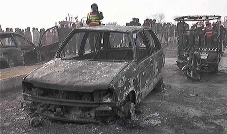 Pakistan'da bir araçla çarpışan doğalgaz tankerinde patlama meydana geldi. Çıkan yangın sonucu birçok araç da kül oldu.