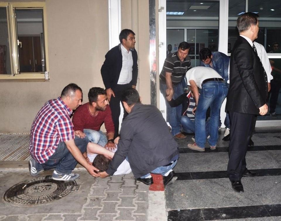 Polis memuru Aydın'ın şehit olduğu bilgisini alan görev arkadaşlarıfenalık geçirdi.
