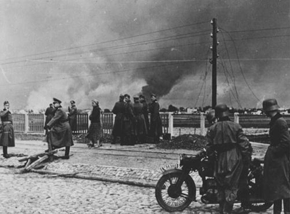 İşgalin ilk günlerinde Varşova yanıyor.