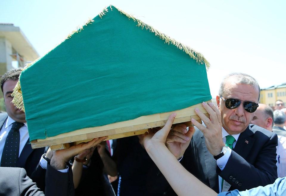 Cumhurbaşkanı Recep Tayyip Erdoğan da Karaalioğlu'nun cenazesine omuz verdi.