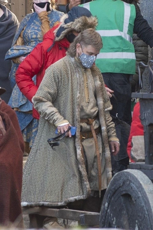 Matt Damon Akıllı telefonuyla 14'üncü yüzyıldaki The Last Duel setinde - 5