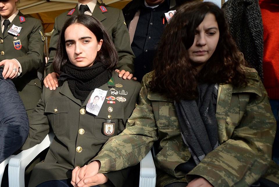 Şehidin eşi hafize Nur (solda) ile Beyza Akpınar