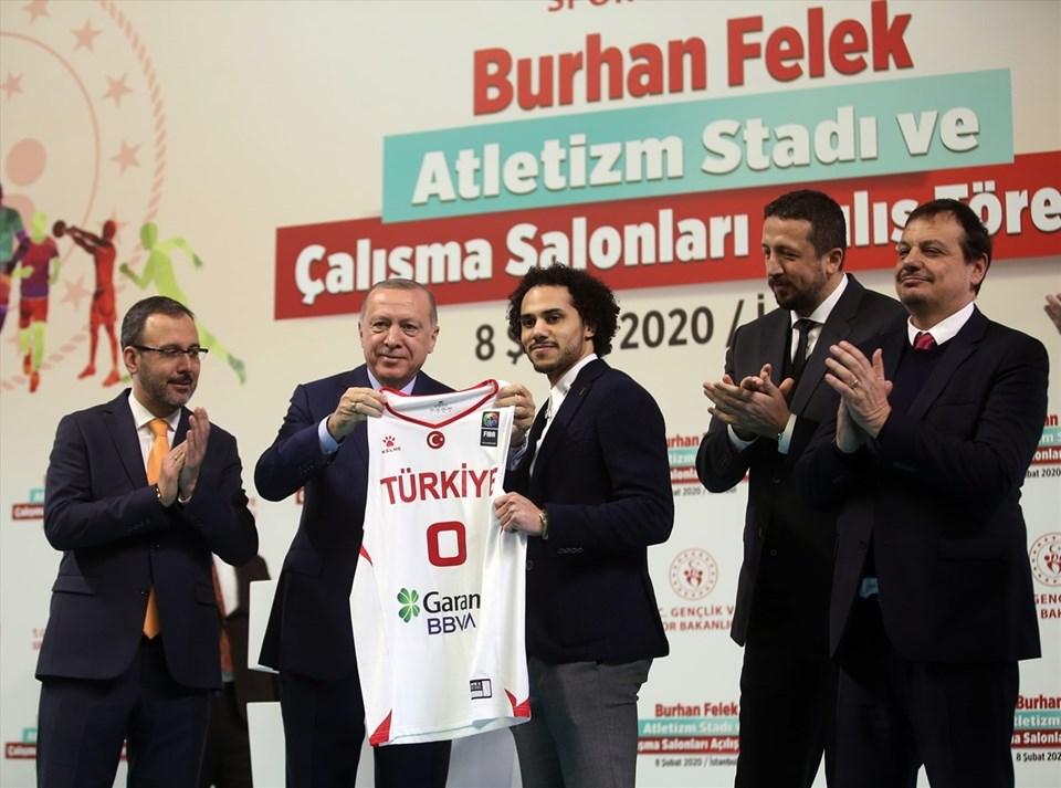 Cumhurbaşkanı Erdoğan, Türkiye Cumhuriyeti vatandaşlığına geçen ve A Milli Basketbol Takımı formasını giyecek olan Anadolu Efes'in ABD'li basketbolcusu Shane Larkin Türkiye forması hediye etti.