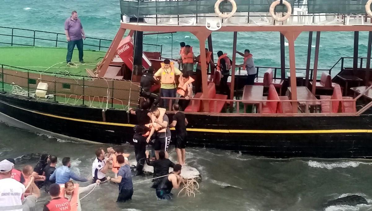 Van Gölü'nde gezi teknesi karaya oturdu: Yolcular halatlarla kurtarıldı