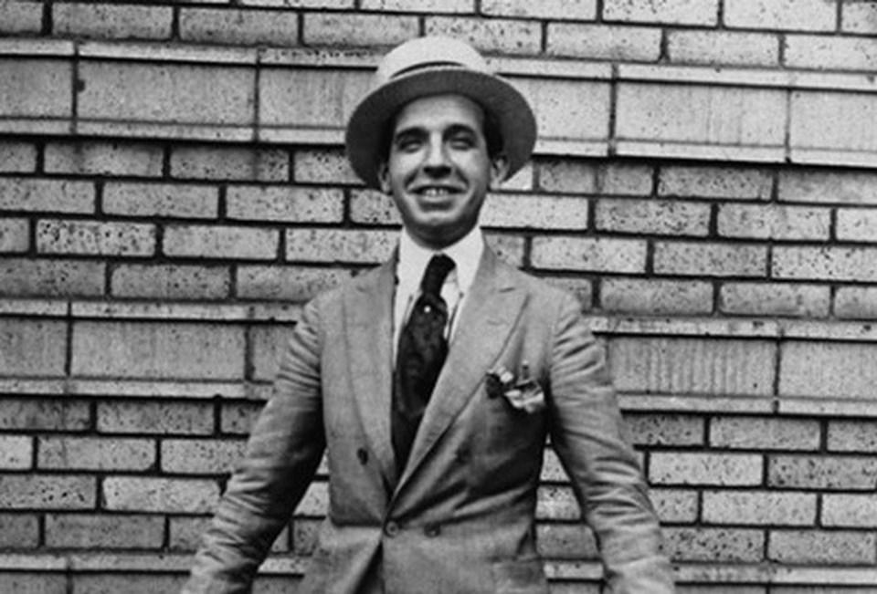 İtalyan iş adamı ve dolandırıcıPonzi 1903 yılında ABD'ye taşınmış ve kurduğu ponzi oyunu ile ABD tarihinin en ünlü dolandırıcılarından biri olmuştur