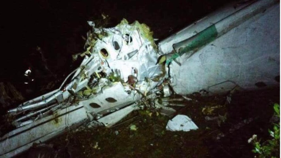 Brezilyalı futbolcuları taşıyan yolcu uçağının ilk enkaz fotoğrafı sosyal paylaşım sitesi Twitter'dan yayınlandı.