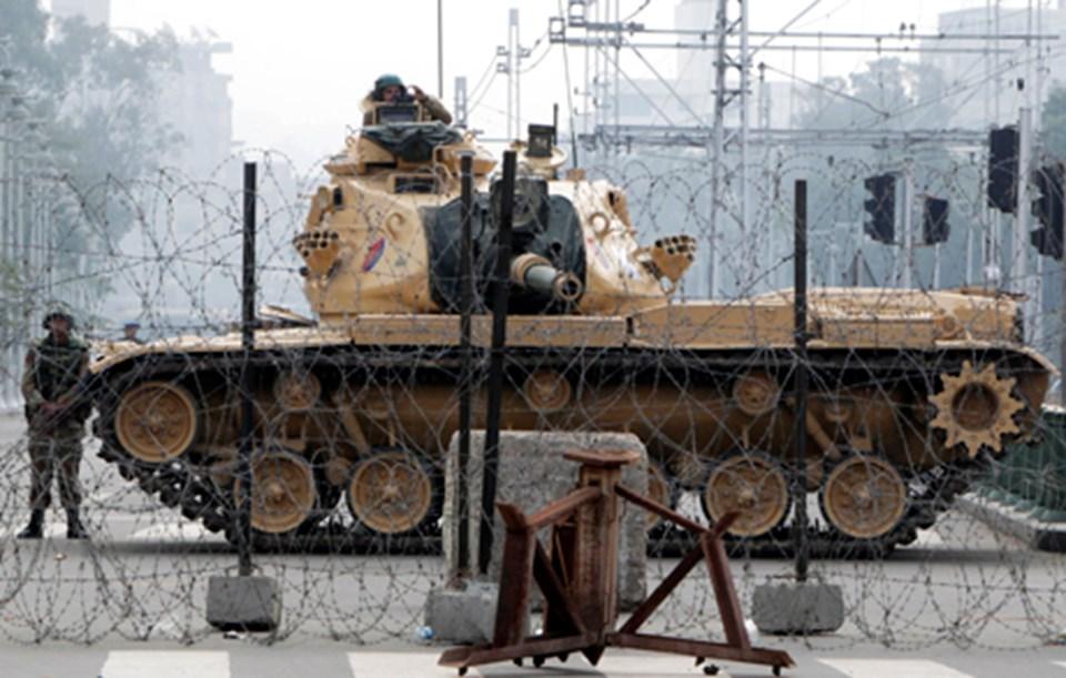 Başkanlık Sarayı önündeki askerlerve tanklar