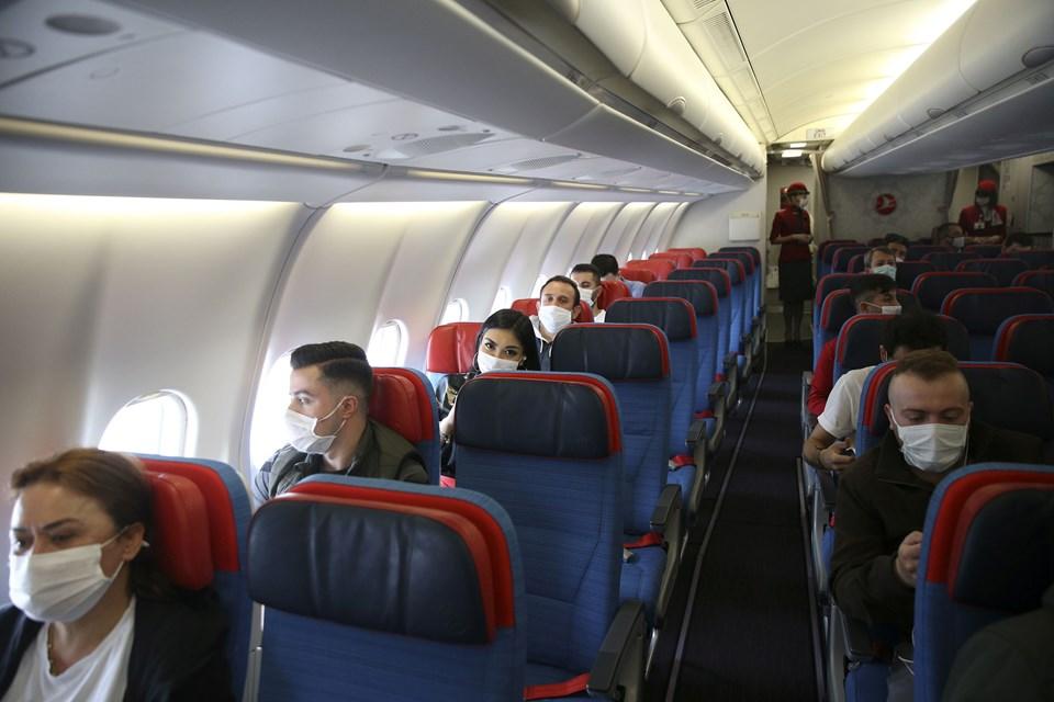 Yolcular ve görevliler, yeni önlemler kapsamında uçaktaki yerlerini aldı.