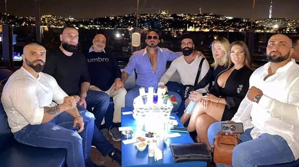 Sanger Ahmadi'nin (Ortadaki) İstanbul'da olduğunu sosyal medya paylaşımıyla duyurmuştu.