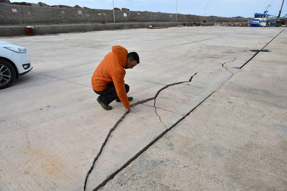Ayvacık ilçesine bağlı Gülpınar beldesindeki limanda da depremden dolayı çatlaklar oluştu.