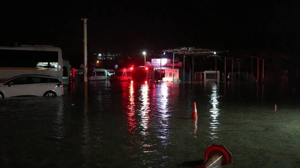 İzmir'i sel vurdu: 2 can kaybı - 18