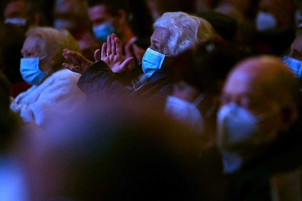 Madrid'de corona virüs aşısı olan yaşlılar için tiyatroda özel gösterim - 9