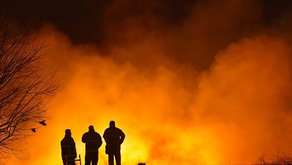 """<span>Adana'daki pamuk yağı fabrikası yangını üçüncü gününde</span>"""" /></p> <p>Adana'da, bir pamuk yağı fabrikasında 13 Şubat Perşembe gece saatlerinde başladıktan bir süre sonra kontrol altına alınan fakat aynı günün sabahı yeniden başlayan yangını söndürme çalışmaları üçüncü gününde sürüyor.</p> </div></section></main>  </div> <footer id="""