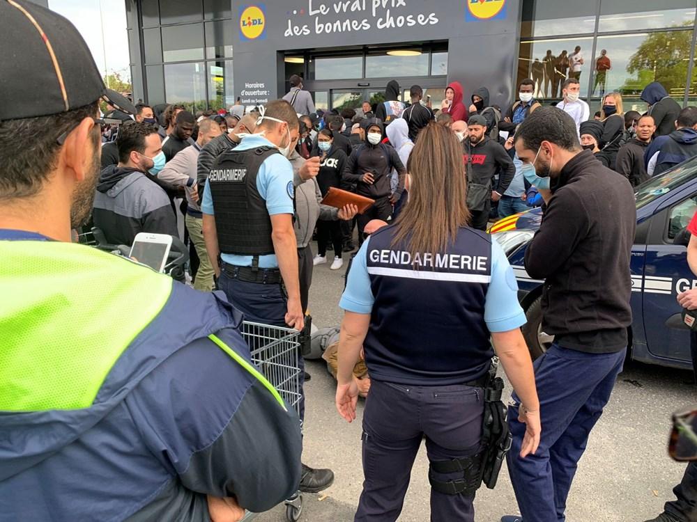 İndirimli oyun konsolu izdihama neden oldu, polis gazla müdahale etti - 3