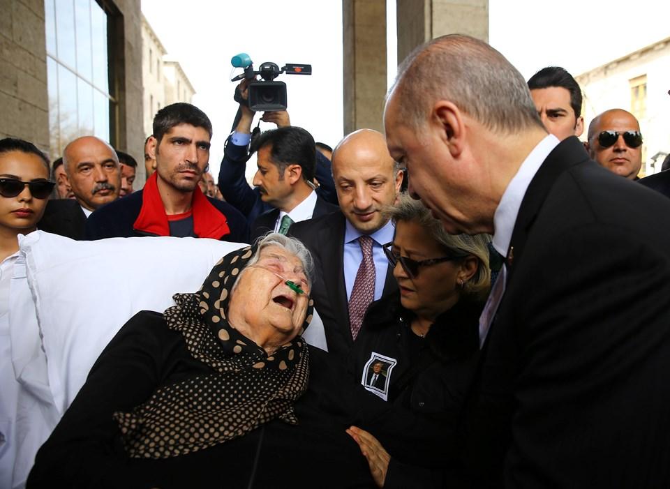 Cumhurbaşkanı Erdoğan, cenazeye sedye ile getirilen Güzel'in annesine taziyelerini iletti.