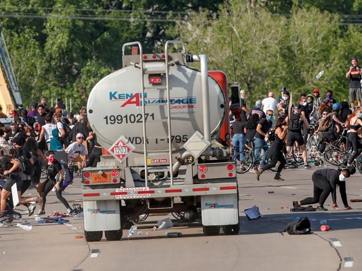 Tanker göstericilerin arasına daldı