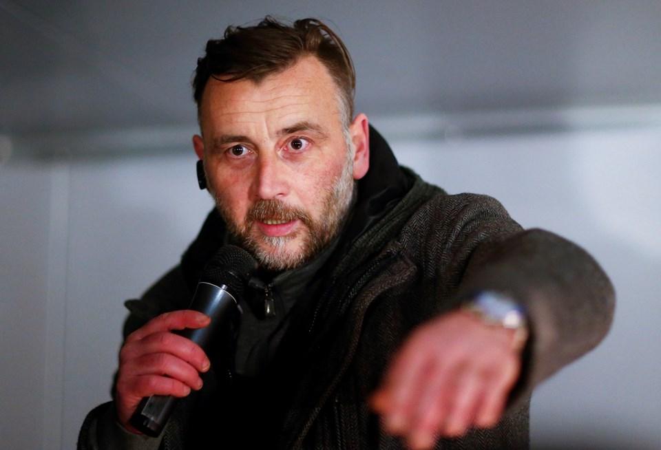 İslam ve göçmen karşıtı Pegida'nın liderlerinden Lutz Bachmann, Dresden kentindeki gösteriler sırasında konuşma yapıyor.