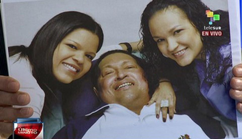 Venezuela devlet televizyonu Chavez'in kızlarıyla birlikte gülümsediği iki fotoğrafına yer verdi.
