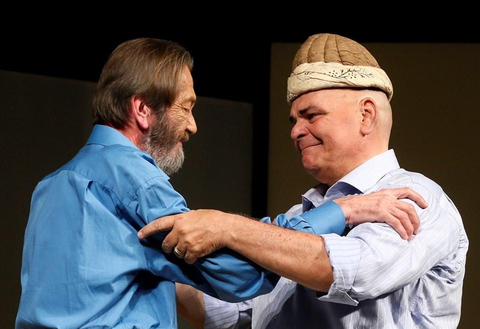 Tiyatro sanatçısı Ferhan Şensoy, İsmail Dümbüllü'nün Münir Özkul'a devrettiği, Hasan Efendi'nin kavuğunu, Öztekin'e devretti.