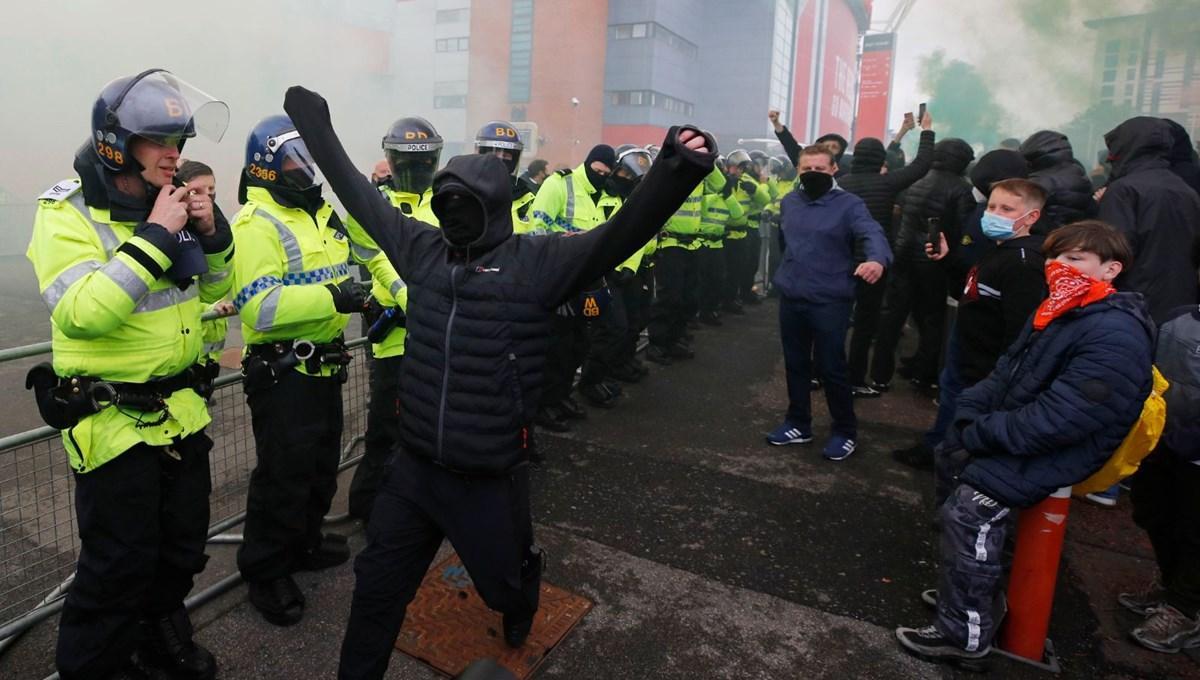 Manchester United taraftarları, ertelenen maçın tekrarında protestolarını sürdürdü