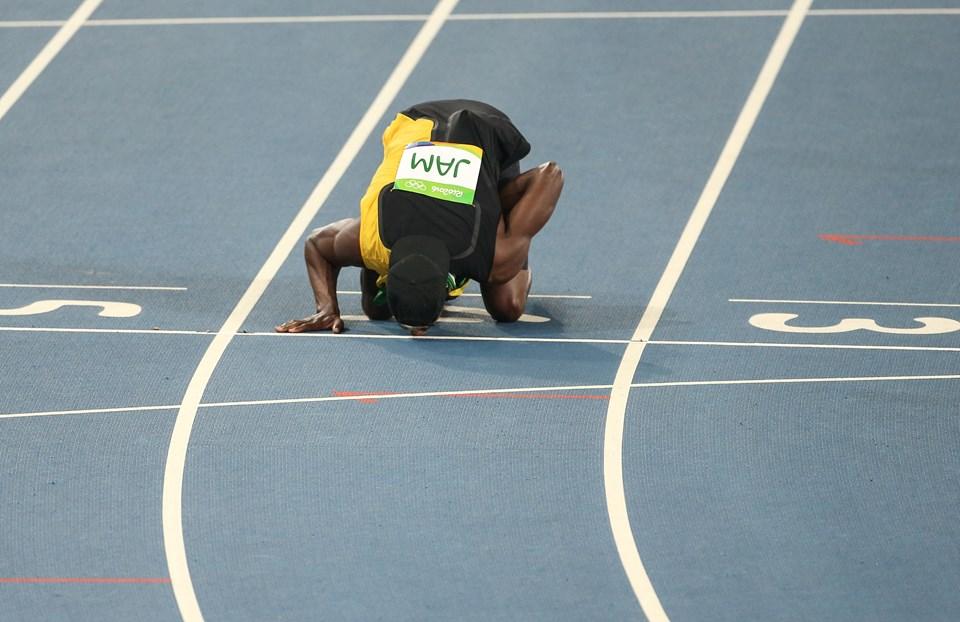 Jamaikalı atlet yarış sonunda 4 numaralı kulvarı öptü.