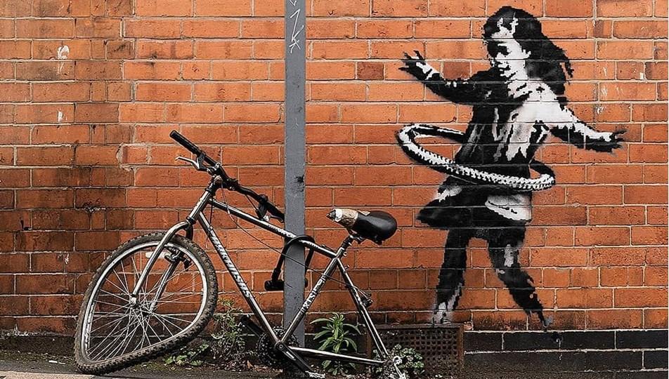 Banksy'nin hula hop çeviren kız eserindeki bisiklet çalındı