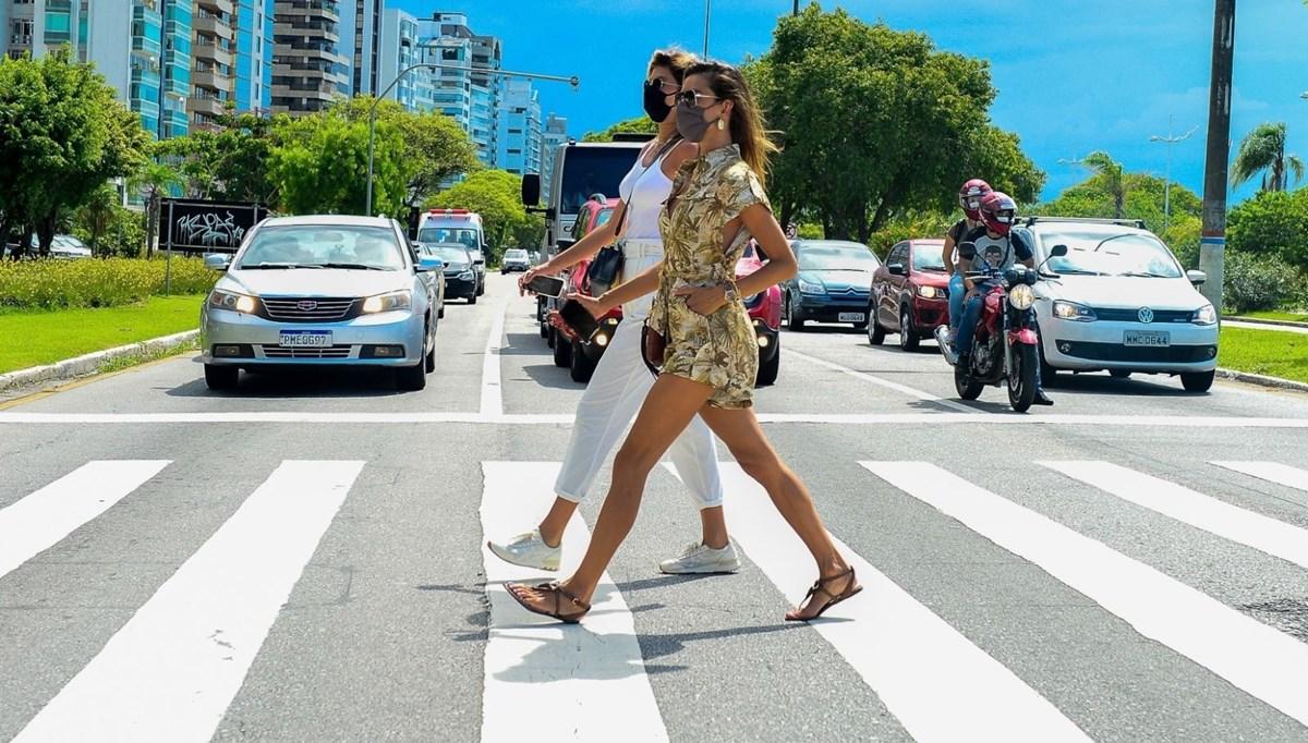 Alessandra Ambrosio'dan Brezilya sokaklarında podyum yürüyüşü