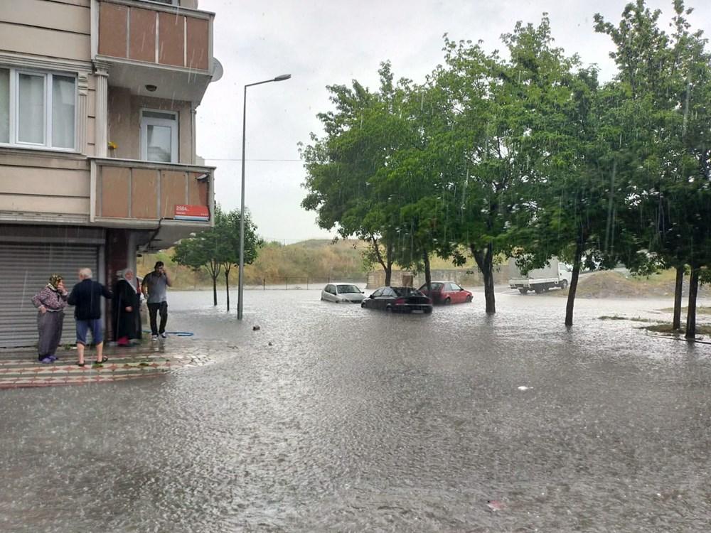 İstanbul'u sağanak vurdu: Evleri su bastı, araçlar mahsur kaldı - 6