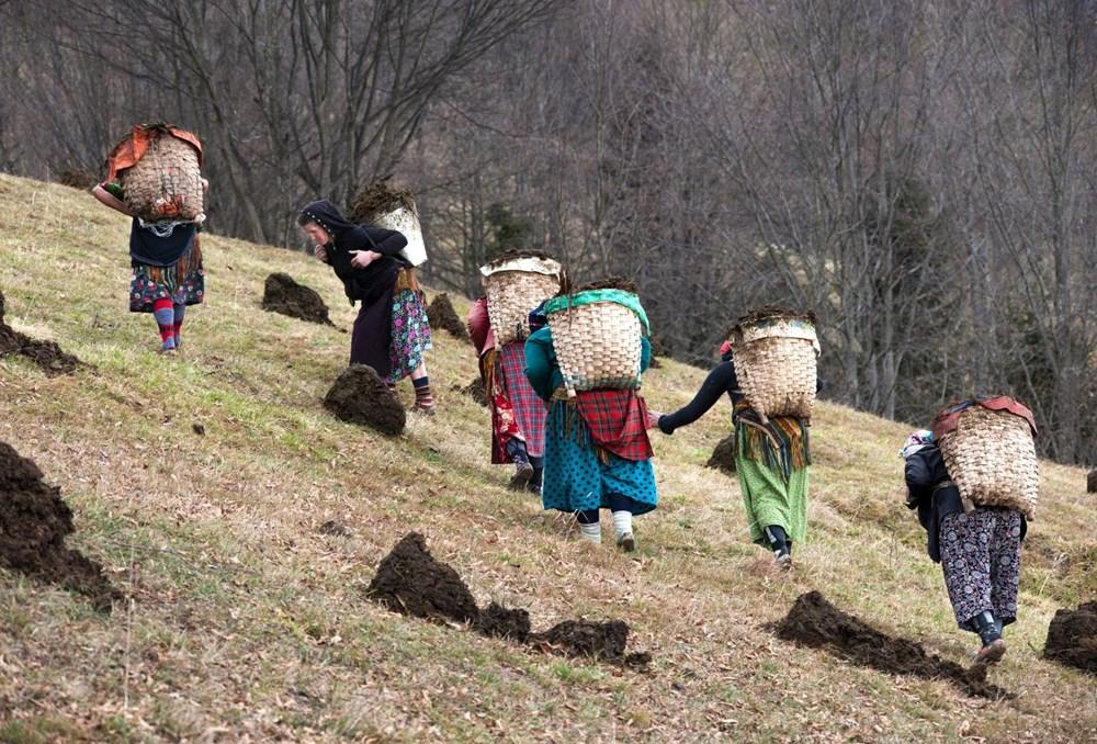 Karadeniz'in çalışkan kadınları: Köy toplansa evde tutamaz - 12