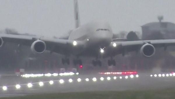 Dev yolcu uçağı piste güçlükle...