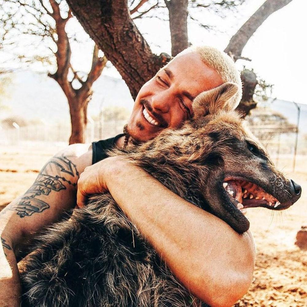 İşinden ayrılıp sahip olduğu her şeyi sattı ve vahşi hayvanlara yardım etmek için Afrika'ya yerleşti - 8