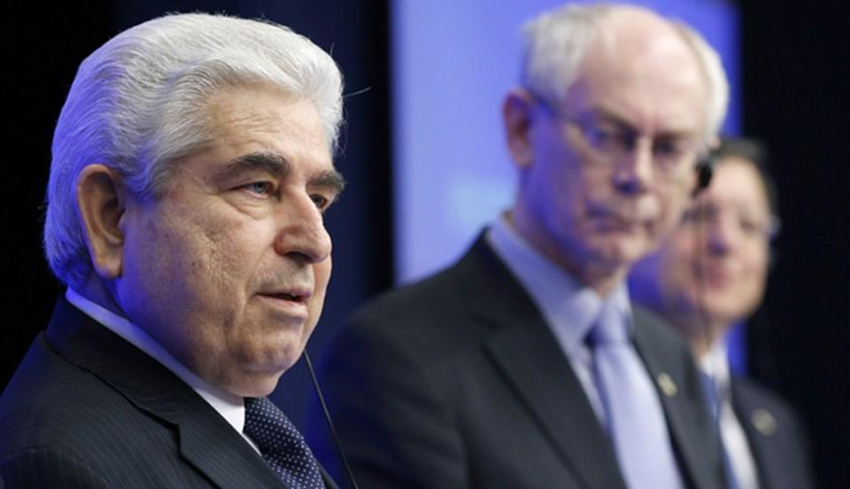 Rum lider, kredi bulamayınca AB ve IMF'nin ağır şartlarına boyun eğmek zorunda kaldıklarını söyledi.