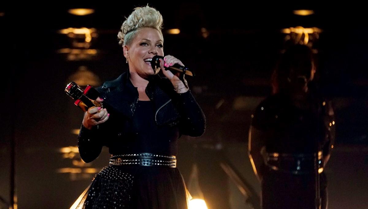 ABD'li şarkıcı Pink'ten kıyafet cezası alan sporculara destek