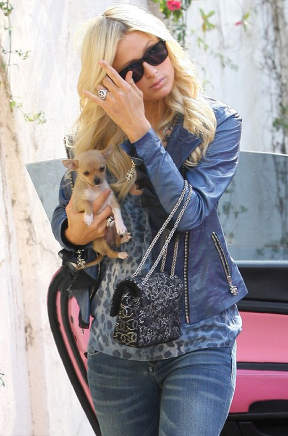 Paris Hilton Beverly Hills'teki evinin önünde yeni realite programı için çekim yapıyor