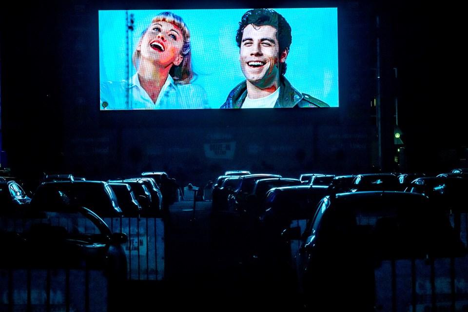 Grease müzikali pandemi döneminde İtalya'da arabalı sinemalarda gösterilen filmler arasında