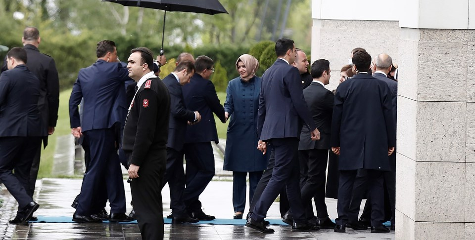 MYK toplantısı için yaklaşık 50 dakikalık bir gecikmeyle AK Parti Genel Merkezi'ne gelen Davutoğlu'nu,genel başkan yardımcıları ve bazı partililer karşıladı.