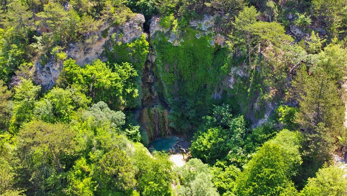 'Suuçtu Waterfall' pouring from 30 meters in Bilecik attracts attention from visitors