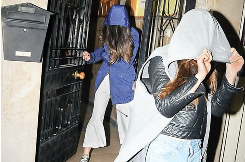 İki arkadaş eğlendikleri mekandan kapüşonlarıyla yüzlerini gizleyerek ayrıldı.